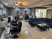 همکار در سالن پیرایش مردانه در شیپور