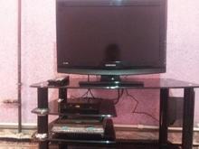تلوزیون 32اینچ با زیر تلوزیون و دستگاه در شیپور
