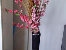 میز تلویزیون شیشه خم و گل با گلدان در شیپور