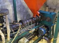 نیرو ماهر کارکرده با دستگاه نایلون و کادو در شیپور-عکس کوچک