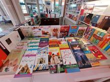 فروشنده غرفه کتاب در شیپور
