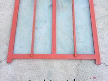 تعدادی پنجره آهنی کارکرده در حد نو و یک در چوبی اتاق در شیپور