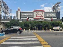 تعدادی سالنکار رستوران برای رسیدگی به مشتریان در شیپور